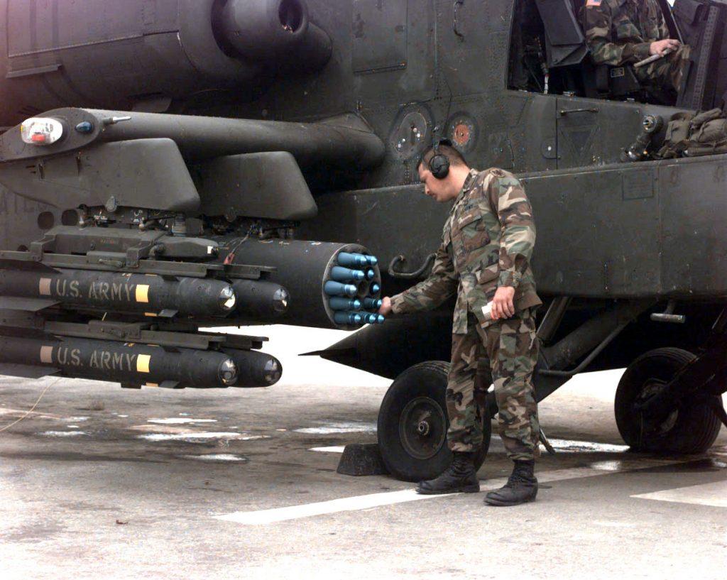 US Army podoficir provjerava 2,75 inča rakete ubačene u lanser na AH-64 Apache helikopteru u Komanči Bazi, Bosna i Hercegovina, 2. septembra, 1998.